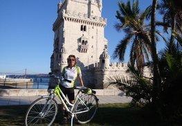 """Frau Eva Mandl mit dem """"Steirerbike"""" in Lissabon"""